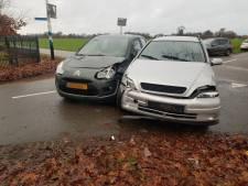 Automobilisten botsen tegen elkaar op de Hogeweg in Heelweg