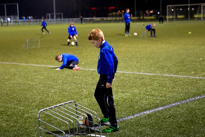 De jeugd van voetbalclub Bladella in Bladel tijdens de wekelijkse trainingsavond