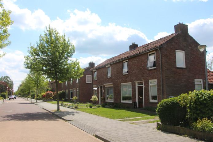 De Esweg in Eibergen. De rij woningen aan de rechterkant zal tussen nu en vijf jaar worden gesloopt, is het voornemen van woningcorporatie ProWonen.