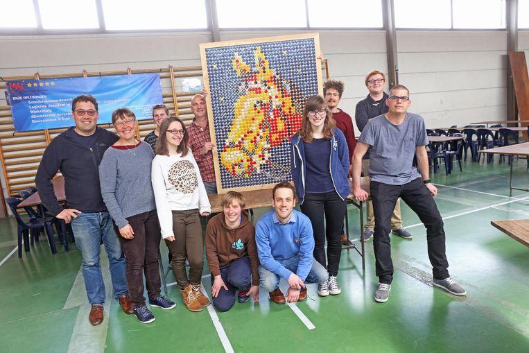 De vrijwilligers van De Wereld van Indra zijn trots op het zelfgemaakte kunstwerk.