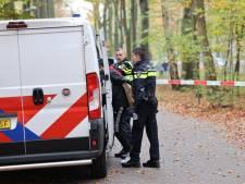 Zwaargewonde bij vechtpartij op middelbare school in Wapenveld, meerdere verdachten geboeid afgevoerd