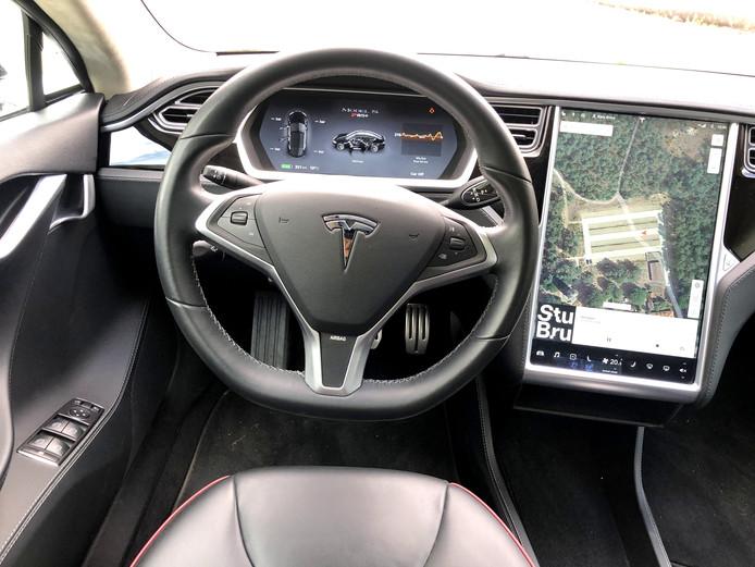 Het grote scherm domineert het interieur in de Model S