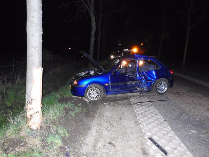 De auto is met hoge snelheid tegen de boom gereden.