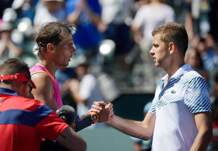 Rafael Nadal neemt de felicitaties in ontvangst van Filip Krajinovic.