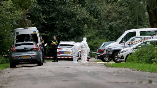 Een voorbijganger zag de man op dinsdagmiddag 1 oktober op een parkeerplaats bij tuinpark Nieuw Vredelust aan de Buitensingel. Hij zat bewegingsloos in zijn auto, waarop de politie werd gewaarschuwd.