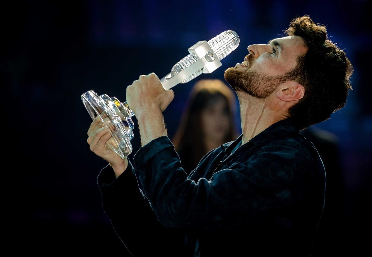 Duncan Laurence op het podium nadat hij het Eurovisie Songfestival heeft gewonnen.