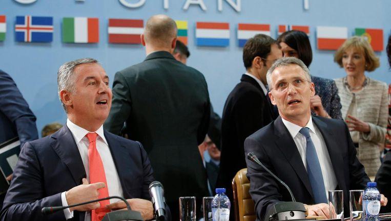 De premier van Montenegro Milo Djukanovic (L) met secretaris-generaal van de Navo Jens Stoltenberg. Beeld epa