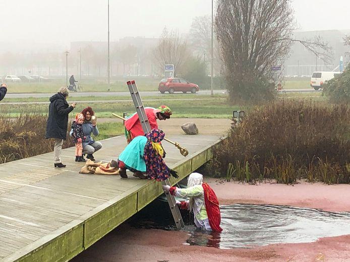 Sinterklaas is bij NIOO in Wageningen in het water gevallen.