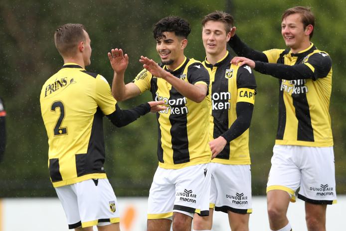 Mike de Beer (rechts) mengt zich in de feestvreugde met zijn ploeggenoten Boyd Lucassen (2), Azzedine Dkidak en Jesse Schuurman.