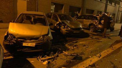 Bestelwagen ramt geparkeerde wagens, burgemeester pleit voor extra maatregelen