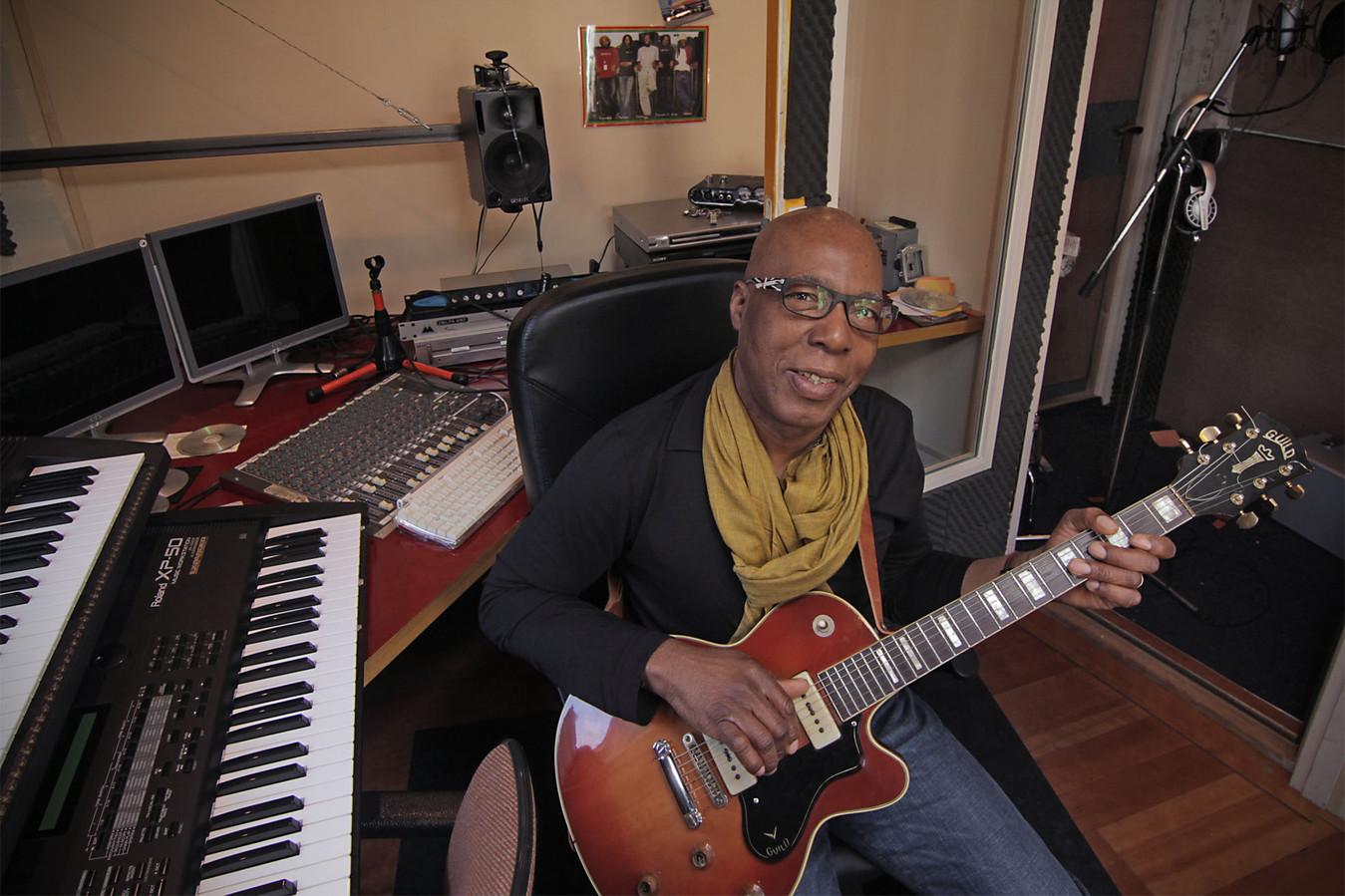 Foto uit 2013: Robert Green in de studio achter zijn woning. Hier componeert en arrangeert de gitarist en zanger van Reality.