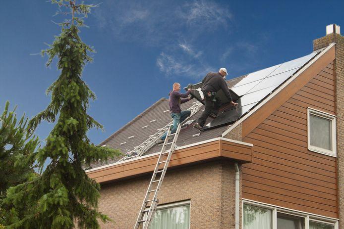 Zonnepanelen worden aangebracht op het dak van een huis in de Dalenbuurt in Capelle aan den IJssel, foto ter illustratie.