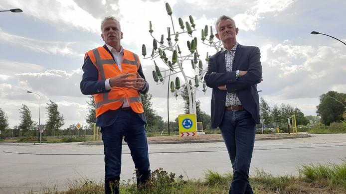 Ploegam-directeur Chris Ploegmakers overhandigt de eerste windboom van Nederland aan Rien Wijdeven, wethouder van Bernheze.