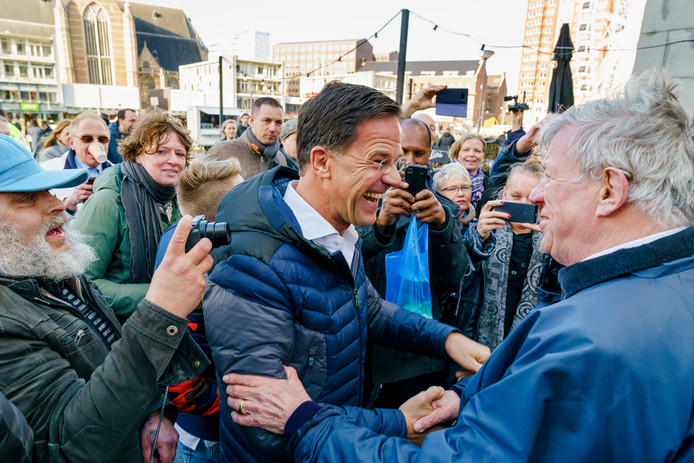 Premier Mark Rutte bezoekt de Markthal in Rotterdam vanwege de Provinciale Statenverkiezingen. Hij begroet oud-minister Ivo Opstelten.