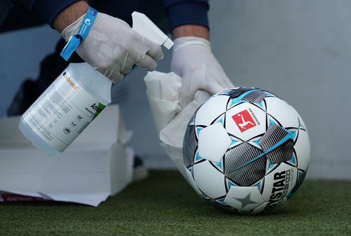De bal wordt bij Hoffenheim - Hertha BSC ontsmet.