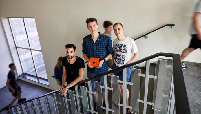 Andry van Komen, Ruben Kok en Jeroen Meijer (vlnr) hebben een systeem ontworpen waarmee studenten beloond worden met korting in de kantine als ze de trap nemen.