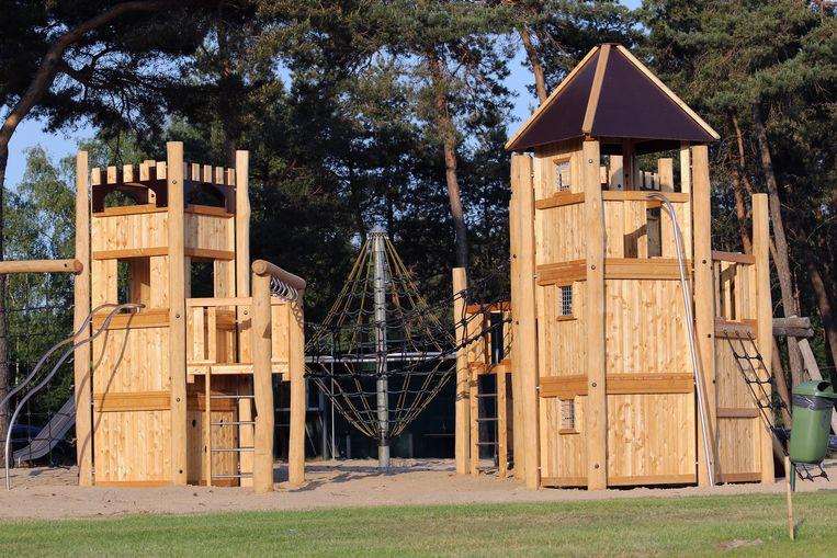 De nieuwe speeltoren op domein De Mosten staat klaar om de kinderen te ontvangen.