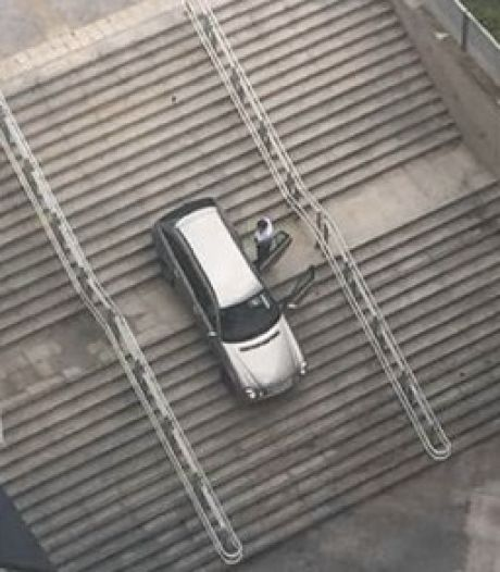 Belgische automobilist volgt bord voor voetgangers en belandt halverwege de trap van treinstation