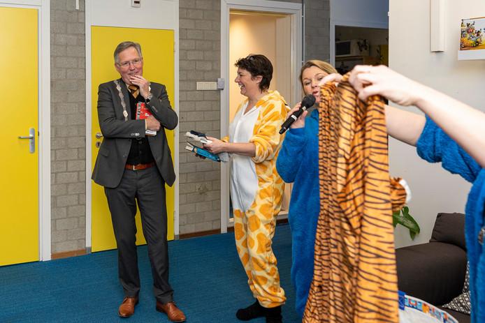 Burgemeester Gerard Rabelink slaat het aanbod van juf Leonie Boot (met microfoon) om een pyjama aan te trekken vriendelijk maar resoluut af.