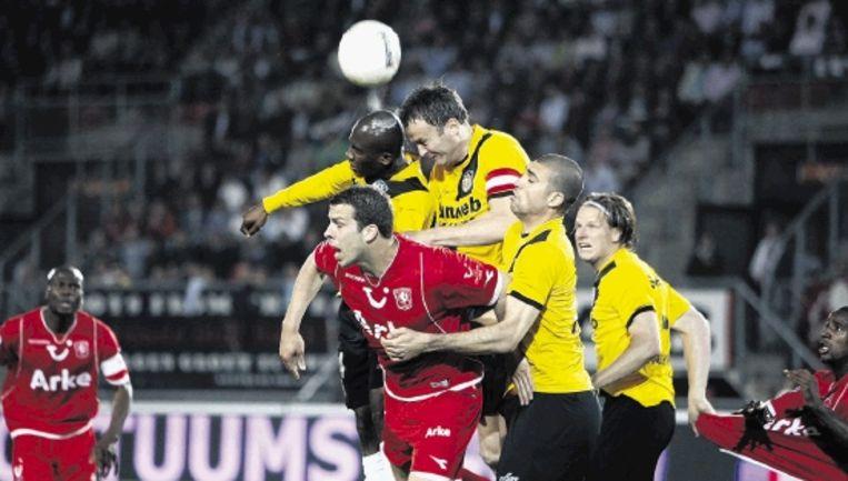 FC Twente-verdediger Wisgerhof wordt belaagd door de NAC-spelers Mtiliga, Penders en Loran. ( FOTO VINCENT JANNINK, ANP) Beeld ANP