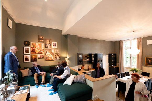 In de ruimte van het voormalige atelier werden een open keuken en een salon met zicht op het park ingericht.