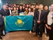 Teruggekeerde Kazachen lovend over hulp van Rotterdams schip: 'Alleen het eten vonden ze minder'