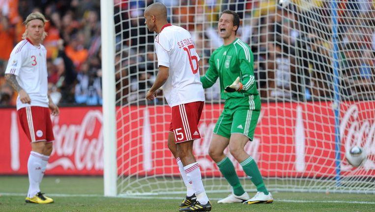 De Deense Keeper Thomas Sorensen schreeuwt naar zijn teamgenooot Simon Poulsen na het doelpunt in eigen doel. In eerste instantie kreeg Simon Poulsen de eerste treffer op zijn naam. Foto EPA Beeld