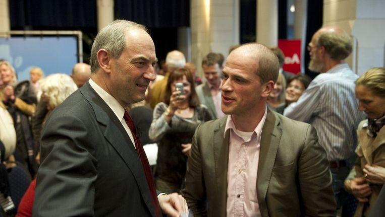 PvdA-lijsttrekker Job Cohen in gesprek met Diederik Samsom na een campagnebijeenkomst in Leeuwarden in mei 2010. Beeld null