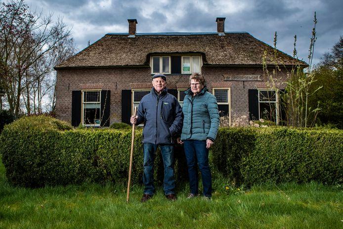 Theo Boerkamp en zijn vrouw Wilhelmien voor de boerderij aan de Steunenbergweg, die in de Tweede Wereldoorlog ontruimd moest worden.