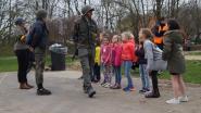 Kinderen proeven van avontuurlijke beroepen tijdens buitenspeeldag op speelplein Zoeber