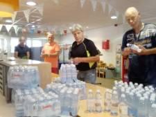 In Almelo worden tijdens hittegolf gratis flesjes water uitgedeeld