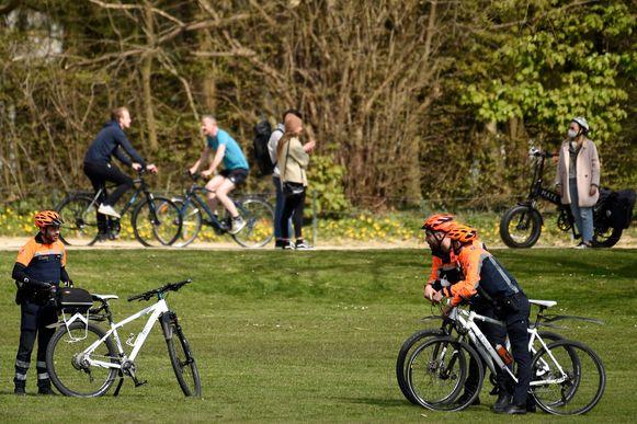 De politie controleerde gisteren massaal in de parken en bossen, onder andere hier in het Ter Kamerenbos.