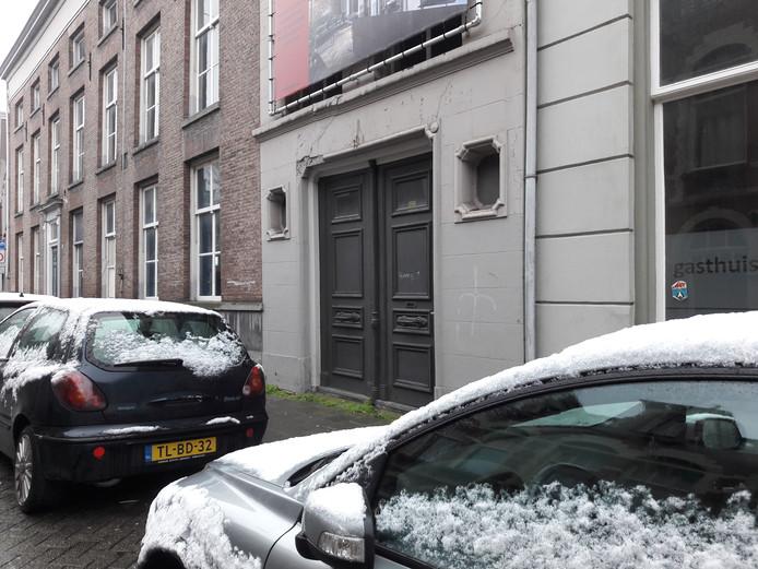 Bij deze grijze deuren in de Nieuwstraat is een doorsteek naar het Gasthuiskwartier gepland. Parkeerplaatsen gaan naar de overkant.