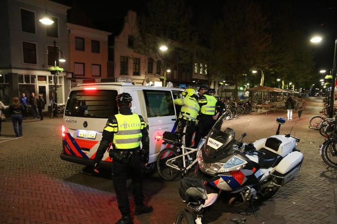 Een man is vannacht na Koningsnach aangehouden op de Brabantse Turfmarkt in Delft.