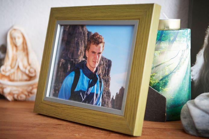 Milan, zoon van Adri Ekstijn, werd doodgereden. Hij was pas 22.  Wat rest zijn herinneringen, zijn as in de groene vaas en foto's die getuigen van zijn leven.
