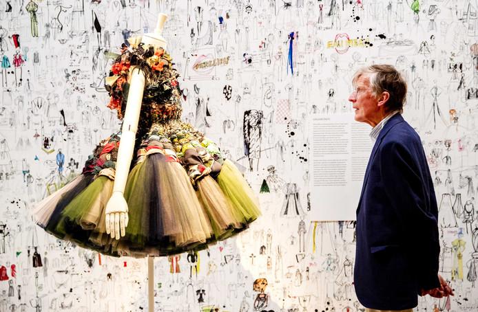 Een bezoeker van de Viktor&Rolf: Fashion artists 25 years.