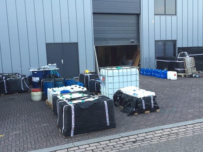 Alle aangetroffen chemicaliën en materialen voor het inrichten van een drugslab worden opgeruimd.