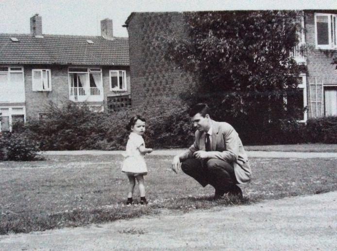 Hans Welscher trouwde met Erna. Op de foto (in de jaren 60) met zijn dochter Maureen, de schrijfster van dit artikel.