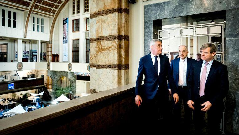 CEO Jos Baeten (links) van ASR Nederland voorafgaand aan het luiden van de gong op de Amsterdamse beurs Beeld ANP