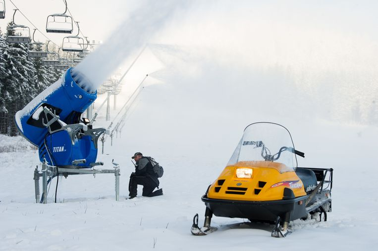 Een sneeuwkanon in het Hexenritt skiresort bij Braunlage, Duitsland. Beeld AFP