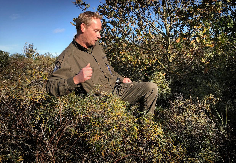 Natuurbeheerder Tom Visser beweegt zich met pistool door het gebied van de Kwade hoek. 'Een keer heb ik hem moeten trekken.' Beeld null