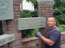 Dennis knapt monument in Beek op