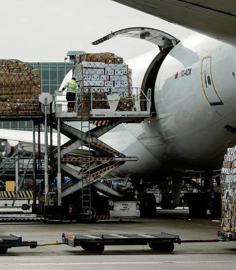 Werknemers op Schiphol gepakt na smokkel 102 kilo coke; meer aanhoudingen niet uitgesloten