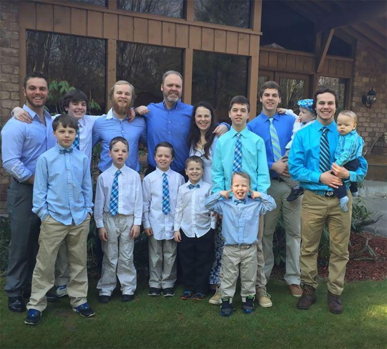 De ouders met hun dertien zoons.
