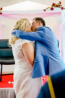 Laatste wens zieke Gabrielle (44) komt uit: 'Ik voel me echt een prinses in deze trouwjurk'
