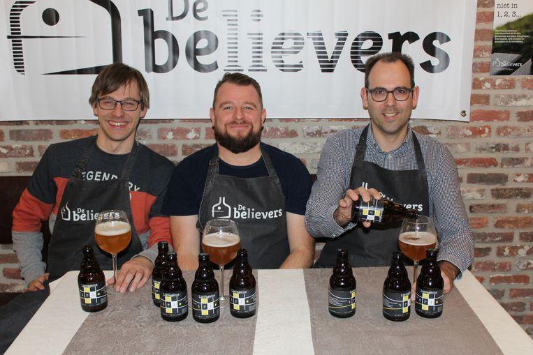 Brouwers koen (31), Steven (39) en Matthias (37) schenken de eerste biertjes van het Lievegems Trio in.