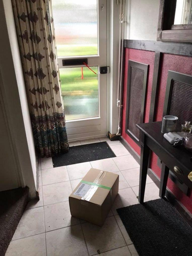 Het betreffende pakketje bij Laura in de gang.