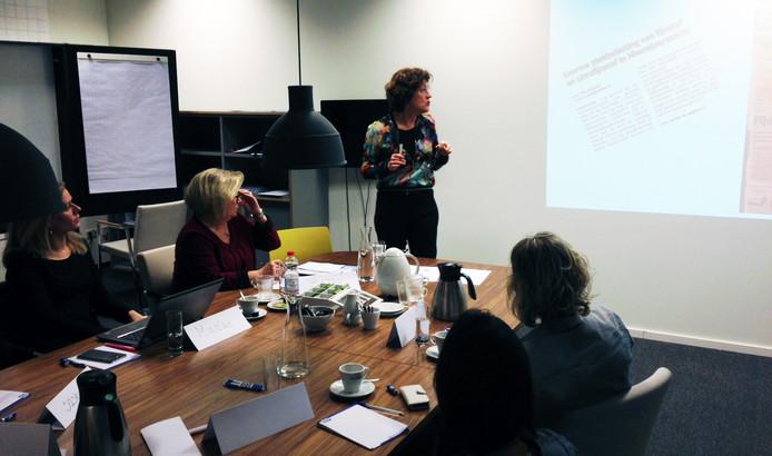 Debbie Langelaan geeft inzicht in de journalistieke processen tijdens de masterclass Nieuws maken.