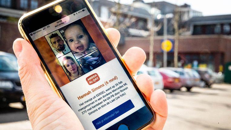 Een telefoon met het AMBER Alert voor baby Hannah. De zeven maanden oude baby werd ontvoerd door haar ouders en later in Duitsland terug gevonden. Beeld anp