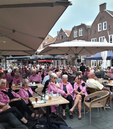 Lekker meezingen met Oudhollandse liedjes op de Markt in Gennep bij Van Eige Bojjum